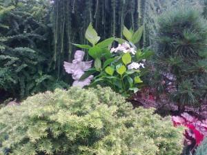 Фигурки оживляют сад и наполняют его смыслом.
